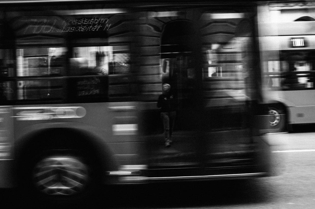 A buszok elmosódó képében a szerző visszatükröződése az egyetlen éles pont, amitől az egésznek van egy időkapu-hangulata.