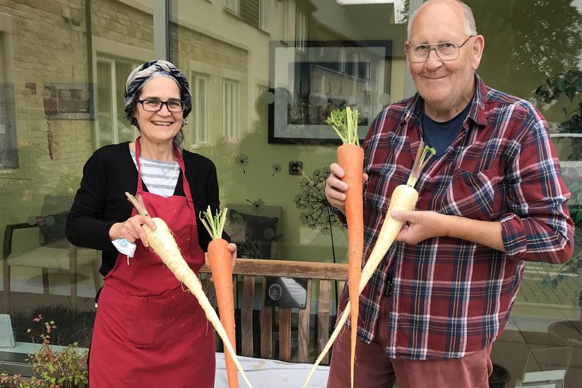 Óriási zöldségeket termeszt az idős férfi a kertjében: odavannak érte az internetezők