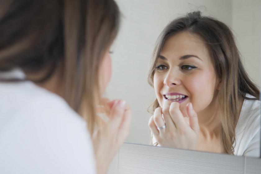 Egészen őrült fogszépítő szokás terjed a neten: a fogorvosok szerint borzasztóan káros