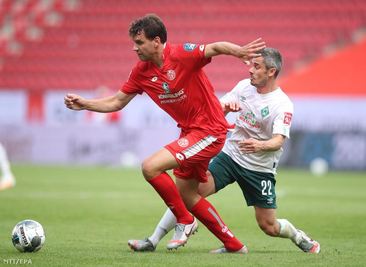 Szalai Ádám a Mainz 05 (b) és Fin Bartels a Werder Bremen játékosa a német elsõ osztályú labdarúgó-bajnokság 2020. június 20-i mérkõzésén a mainzi Opel Arénában.