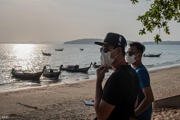 Turisták arcmaszkban Ao Nang tengerparton Krabiban 2020. február 6-án