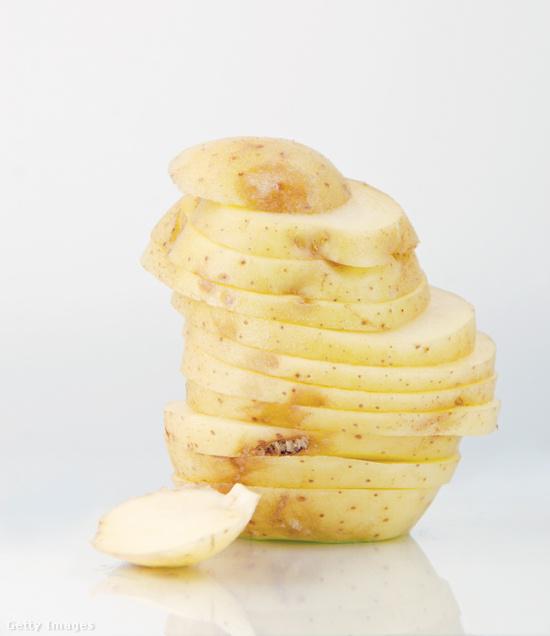 Hámozz meg egy burgonyát, és tegyél belőle néhány szeletet a hűtőbe, egy kisebb tányérra: a karikák segítenek szagtalanul tartani a gépet. Pár nap után cseréld a szeleteket!