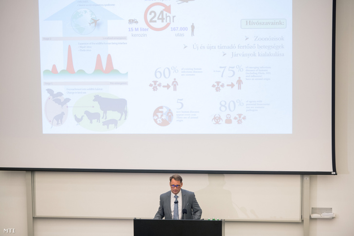 Jakab Ferenc, a Pécsi Tudományegyetem virológiai kutatócsoportjának vezetője beszél a Pécsi Tudományegyetem humán reprodukciós nemzeti laboratóriuma és a virológiai nemzeti laboratórium megnyitása alkalmából tartott rendezvényen a tudományegyetem Szentágothai János Kutatóközpontjában 2020. szeptember 25-én