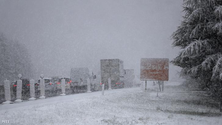 Járművek haladnak a szakadó hóesésben az A13-as autópályán Innsbruck közelében 2020. szeptember 25-én