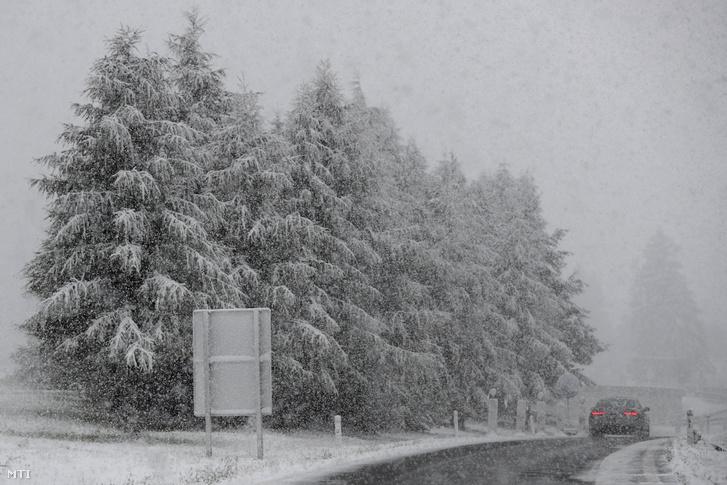 Autó halad a szakadó hóesésben az A13-as autópályán Innsbruck közelében 2020. szeptember 25-én.