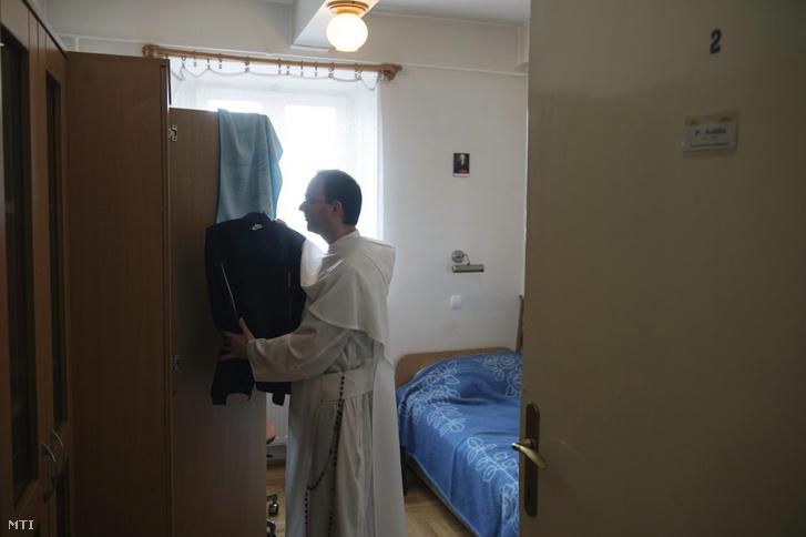 Attila atya szobájában a Magyarok Nagyasszonya Sziklatemplomhoz tartozó kolostorban 2013-ban