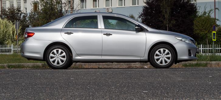 Ki gondolná, hogy hosszabb, szélesebb és magasabb az első generációs Avensisnél? Tengelytávban is csak picivel marad alul