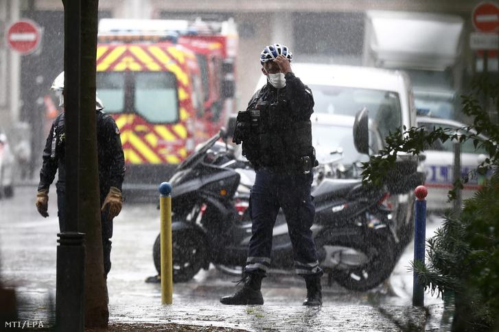 Rendőrök a helyszín közelében 2020. szeptember 25-én, miután egy késes támadó négy embert megsebesített a Charlie Hebdo szatirikus lap egykori párizsi szerkesztőségének környékén. A támadót őrizetbe vették