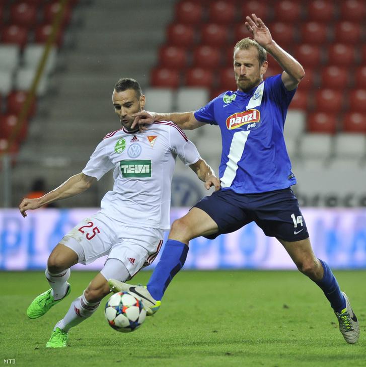 Dusan Brkovic (b) és Torghelle Sándor a labdarúgó OTP Bank Liga 8. fordulójában játszott DVSC-TEVA - MTK Budapest mérkőzésen a debreceni Nagyerdei Stadionban 2015. szeptember 12-én.