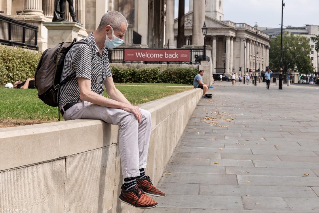 Maszkot viselő férfi Londonban.