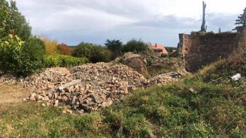 Száz köbméternyi építési hulladékot hordtak egy pécsi tájvédelmi területre