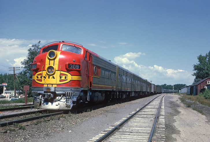 Ekkoriban terjedtek a dízel-elektromos mozdonyok mindkét világrend országaiban, ez az amerikai EMD F7, melynek orra nekünk is nagyon ismerős