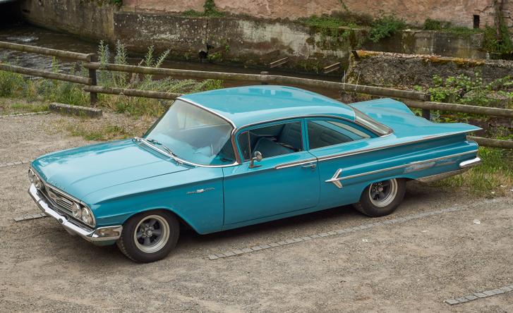 A Bel Air márkanév először egyetlen hardtop változatot jelölt, aztán csúcsfelszereltség lett, majd megérkezett fölé az Impala, míg később a belépő szintet jelölte