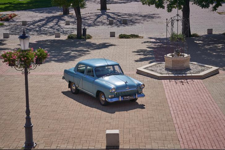 A késő nyári égető napon kiválóan adja Hatvan a kubai Havannát, ahol ez a kocsi tökéletesen beleillene a tájba, mert mindenki amerikainak nézné