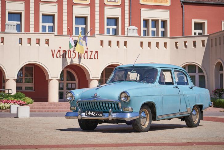 Az eredeti szovjet rendszám harkovi, az autót az ugró szarvas, a krómdíszek száma és a hűtőrács alakja második szériás, belpiacos kivitelként azonosítja