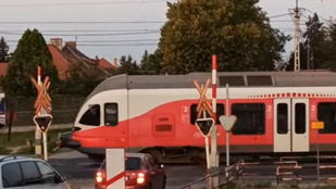 Szabad jelzésnél is jön a vonat az egyik tatai vasúti átjárónál