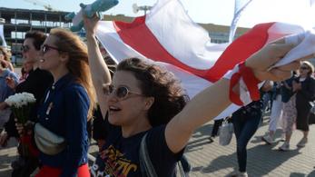 Nők százai tüntetnek Minszkben, a rendőrök elvitték az utcai zenészeket is