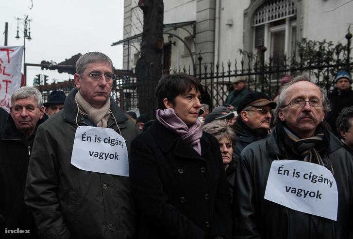Gyurcsány Ferenc, Dobrev Klára és Niedermüller Péter a Demokratikus Koalíció 2013. januári rasszizmusellenes tüntetésén a Fidesz-székház előtt.