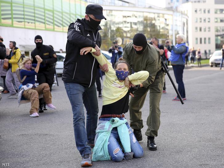 Többszáz nő tüntet egy jobb Fehéroroszországért