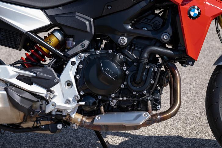 Nem valami szép tárgy egy folyadékhűtéses, sorkettes blokk, ezt tudták már a Yamaha TRX-850-nék is, amikor Ducatit próbáltak koppintani