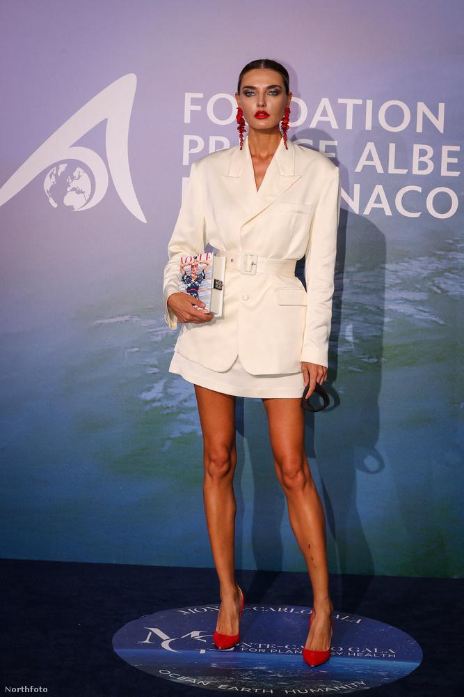 A 31 éves modell, Alina Baikova elegáns fehér ruhájához tűzpiros fülbevalót és tűsarkút választott, szerintünk elég helyesen.