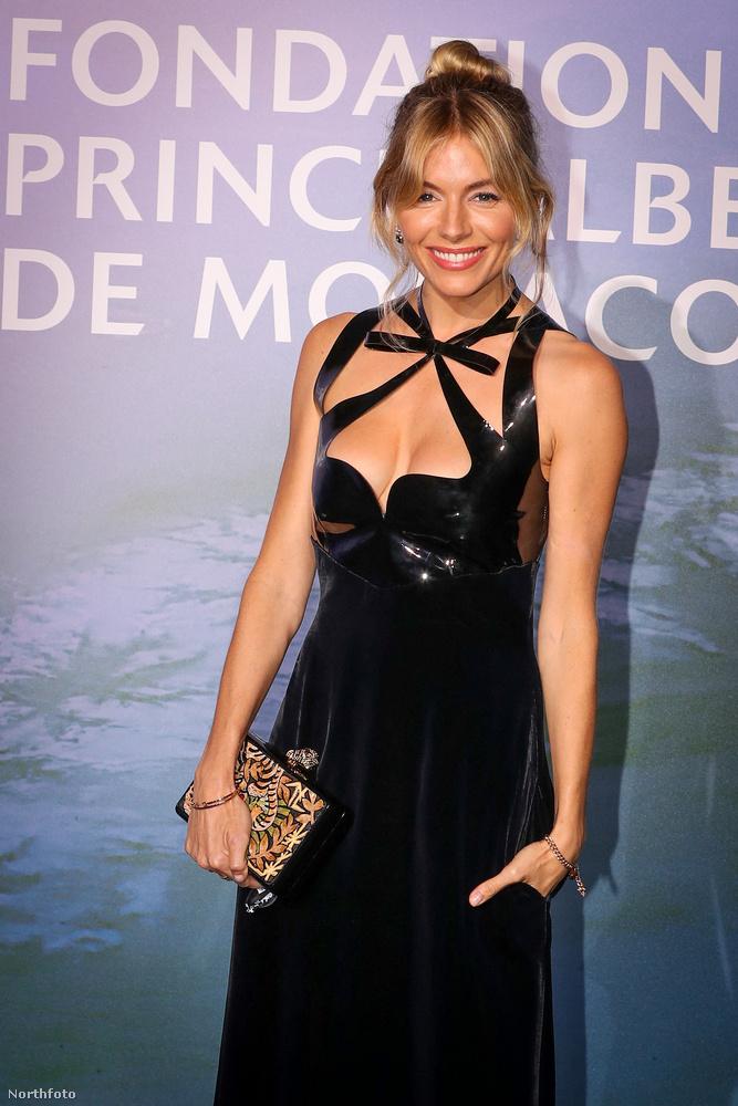 Sienna Miller ruhája úgy néz ki, mintha a sztár az indulás előtti utolsó pillanatban nem lett volna elégedett az eredménnyel, ezért néhány fekete szigetelőszalagot még felragasztott volna a mellkasára, hátha attól jobb lesz az összhatás
