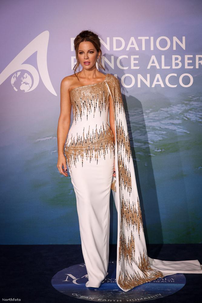 Kate Beckinsale az eleganciának egy visszafogottabb változatát képviselte félvállas, arannyal díszített fehér estélyiével