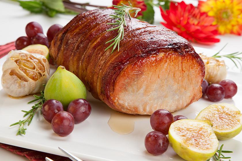 Mutatós, egyben sült sertéskaraj baconbe tekerve: a szalonnától sokkal szaftosabb lesz a hús