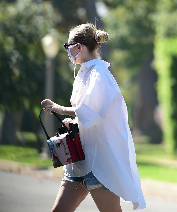 A 26 éves színésznő fel is kapta a Prada táskáját, majd stílusosan megközelítette a járművét