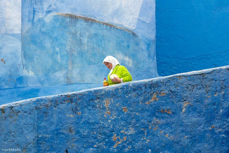 Házai kőből épültek, és ahogy észrevehette, az összeset a kék különböző árnyalataira festették