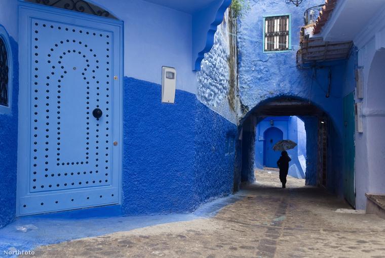Vagy ha már az ajtó is kék, valamilyen motívummal dobják fel
