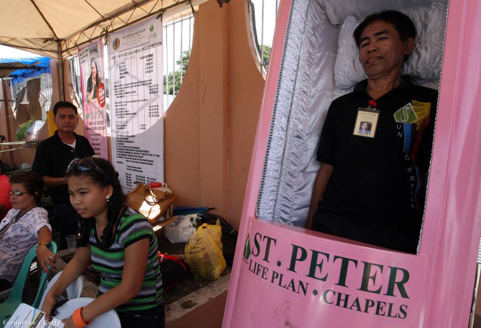 Halottnak tetteti magát egy manilai férfi egy halottak napi virrasztáson a Fülöp-szigeteken