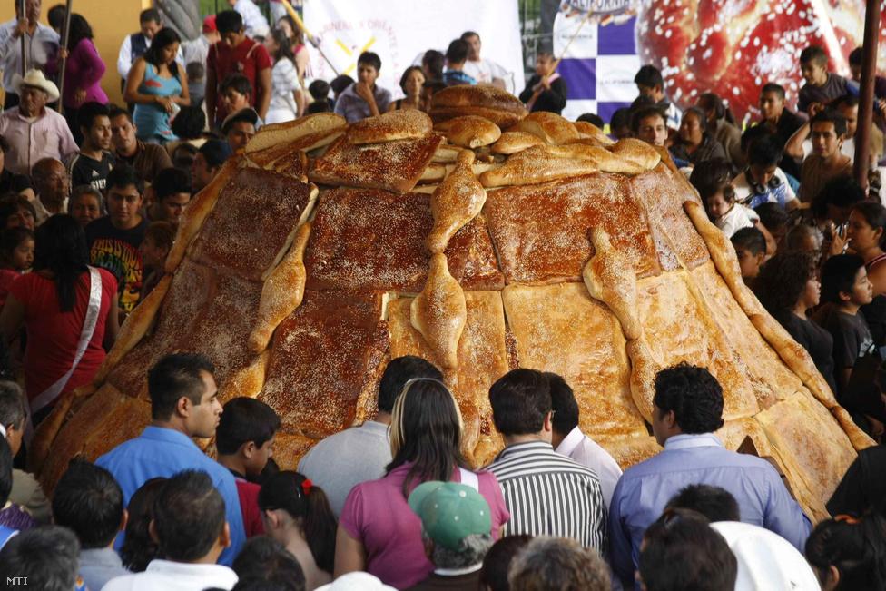 Érdeklődők nézik Mexikó legnagyobb leveles tésztából készített úgynevezett halotti kenyerét a Puebla megyében fekvo Cuauhtlancingóban. A hagyományosan a halottak napja alkalmából sütött étel különleges méretu kivitele 330 cm átméroju 172 cm magas és 14 tonna súlyú.