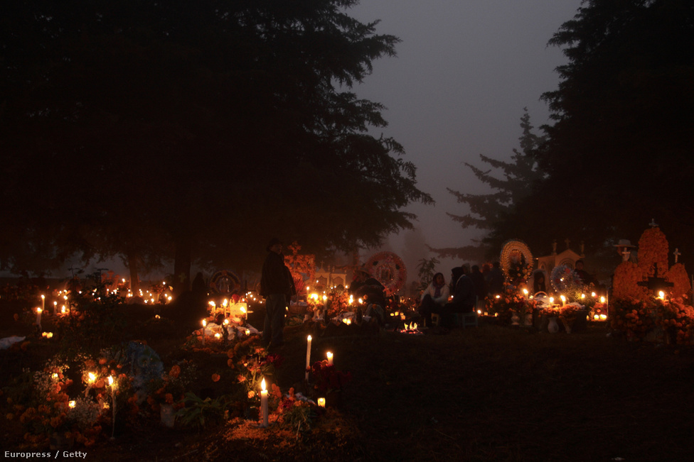 Mécsesek égnek egy patzcuaroi temetőben Mexikóban. Fényük segít a holt lelkeknek visszatalálni végső nyughelyükre.