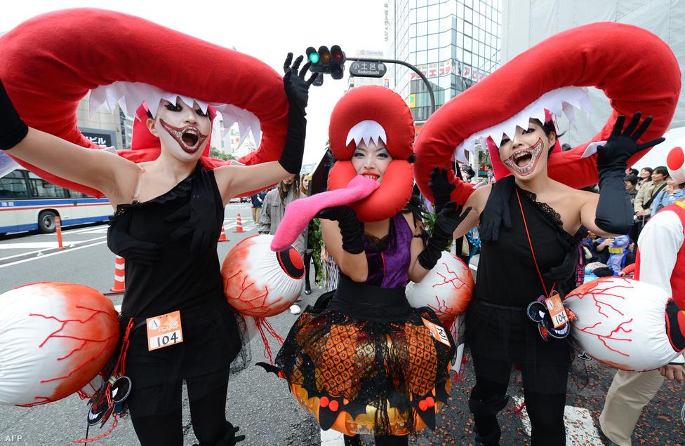 Bár Japánban a sintoizmus és a buddhizmus a jellemző, a halloweeni jelmezben bohóckodás ide is belopta magát