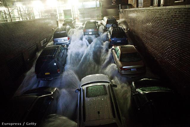 Áradó víz egy mélygarázsban, New York üzleti negyedében.