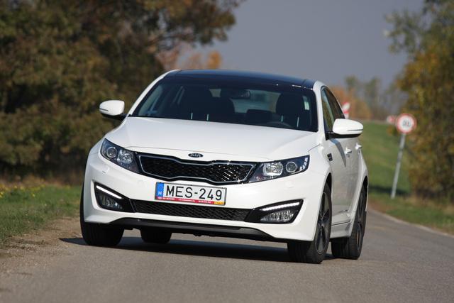 Hibrid vagy sem, egy jó kiállású, kellőképpen feltűnő kocsi. 9,2 alatt van százon, ez a legjobban gyorsuló Optima