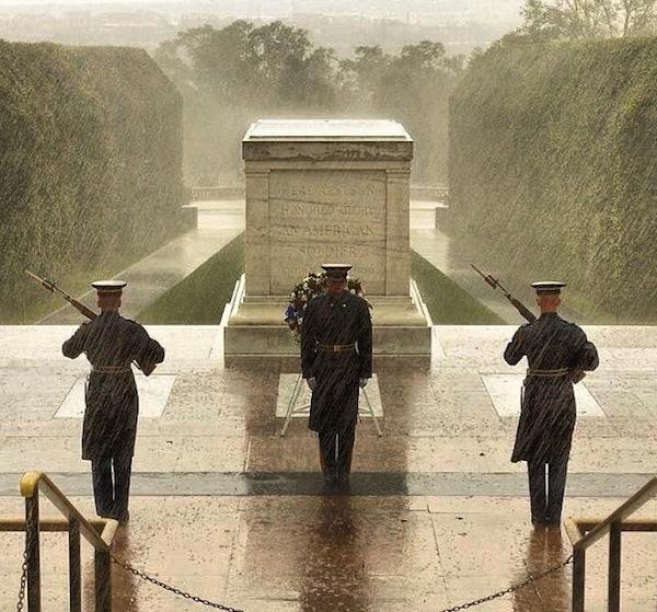 A 3. gyalogsági ezred valóban őrzi az emlékművet, de a fotó nem idén készült.