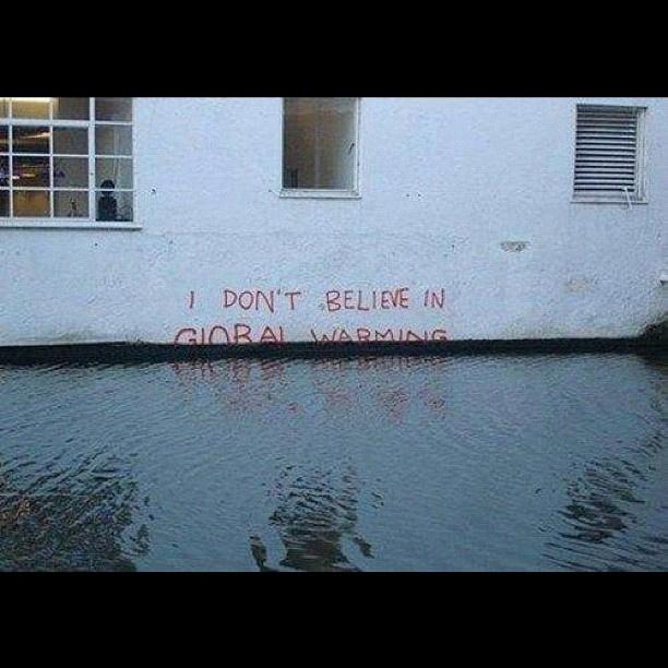 A graffiti valódi: Banksy firkálta egy londoni épület falára.
