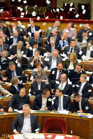 Az LMP akciója a parlamentben a választási törvény módosításának megszavazása után.