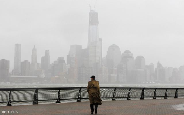 Eső, köd és sűrű felhők jelzik a Sandy hurrikán közeledtét New Yorkban. Magyar idő szerint éjjel 1-kor éri el a hurrikán a keleti partvidéket, New Yorkban már közel 400 ezer embert telepítettek ki, a belvárosba három méternél is magasabb vízfal zúdulhat.                         New York a legrosszabbtól is tart: a városban nem jár a metró, a busz, a vonat, törölték a repülőjáratokat és 2001. szeptembere óta először bezárt a tőzsde is.