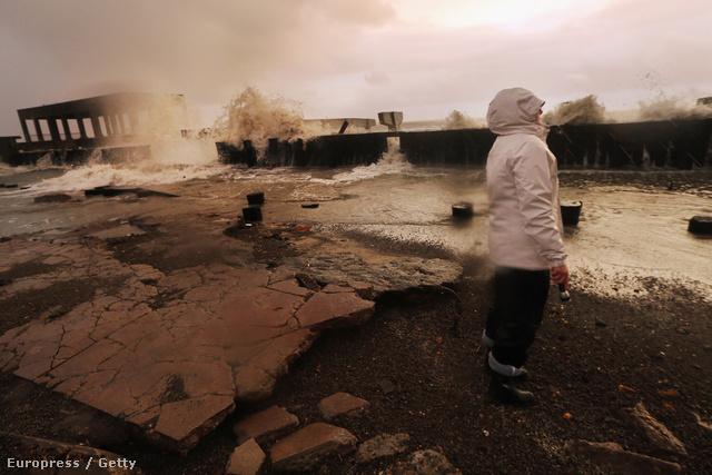 Lakása környékét járja be egy nő hajnalban, Atlantic Cityben. A viharban legalább 16-an meghaltak.