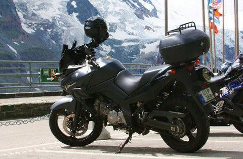 Nem csak autót, motorkerékpárt is lopnak. Miért is ne, az alkatrész kelendő, ráadásul a szállítás és a szétszerelés is sokkal egyszerűbb. A képen egy matt fekete Suzuki V-Strom 650. Rendszáma: UIP-368
