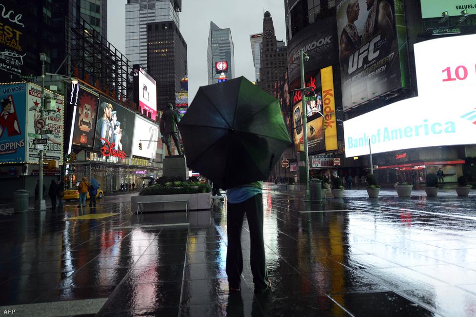 Kihalt New York egyik legforgalmasabb csomópontja, a Times Square. Hétfő éjszaka volt a legveszélyesebb a helyzet.