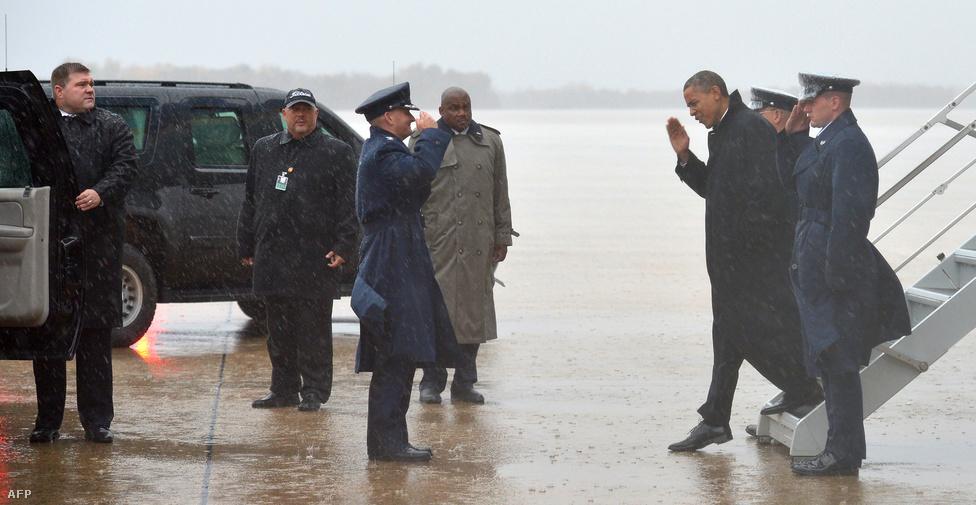 Barack Obama elnök felfüggesztette Floridai kampányát és hétfőn visszatért Washingtonba. Szerdán bejelentették, hogy Atlantic City-be fog menni, hogy személyesen tekintse meg a károkat.