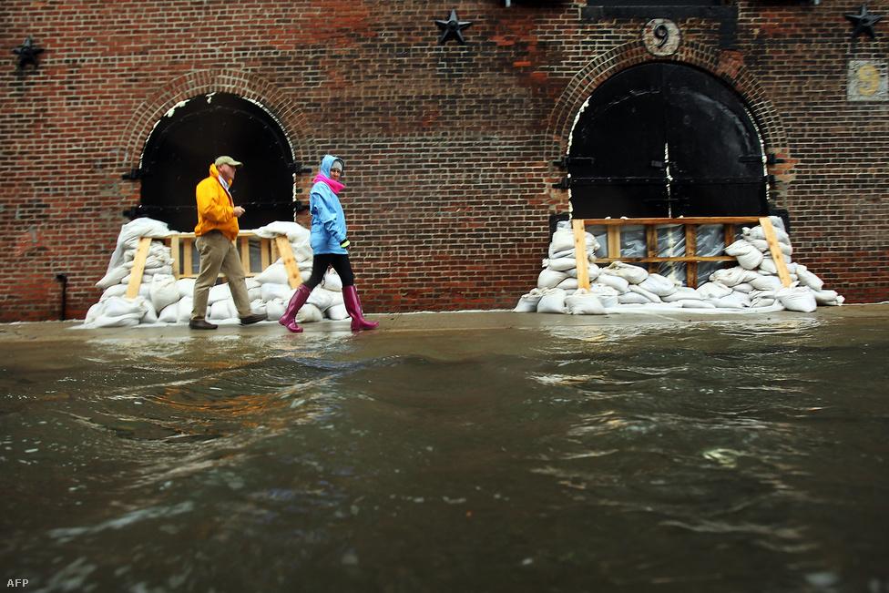 New Yorkban homokzsákokkal készültek Sandy érkezésére, de ez több helyen is kevésnek bizonyult.