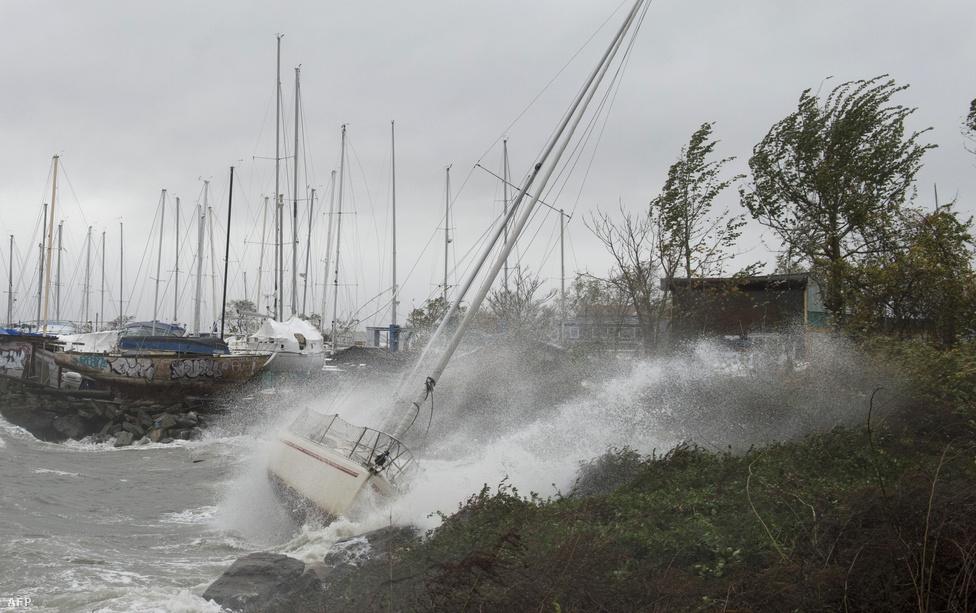 A vihar előszele hajókat borogat New York kikötőiben, a Sandy hurrikánt hatalmas, több méteres hullámok kísérték.