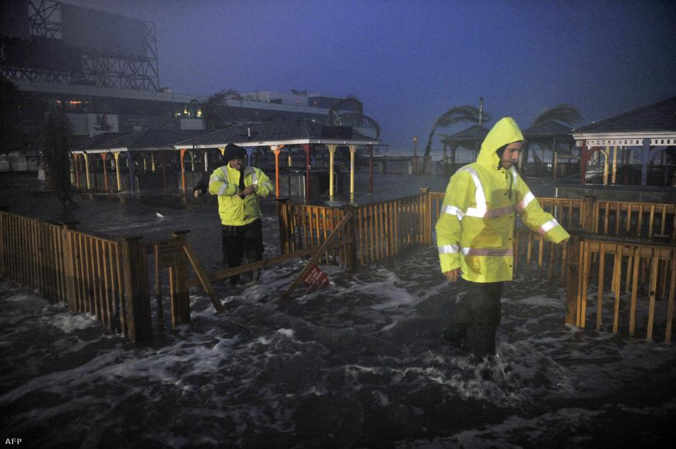 A vízszint az első árhullám alatt Atlantic Cityben. A következőt magyar idő szerint délután kettőre várták. A várost végül teljesen elöntötte a víz.