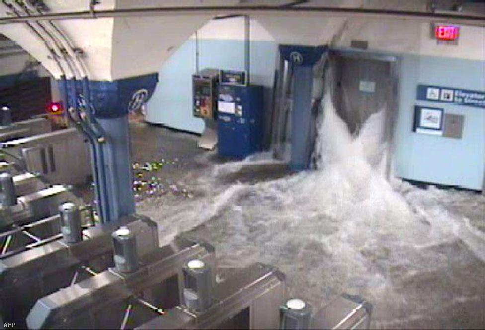 Betört a víz metróba több helyen is, a képen a Hoboken állomás New Jerseyben. Napokig el fog tartani amíg kiszivattyúzzák az összes vizet az állomásokból.