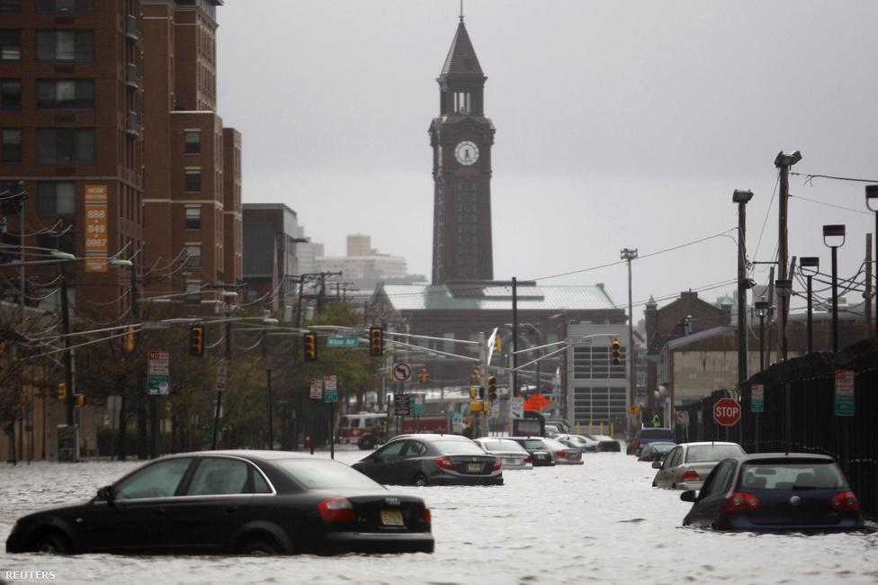 Hoboken, New Jersey. A várost utcáit elöntötte a víz, a lakosokat a nemzeti gárda menekítette ki.